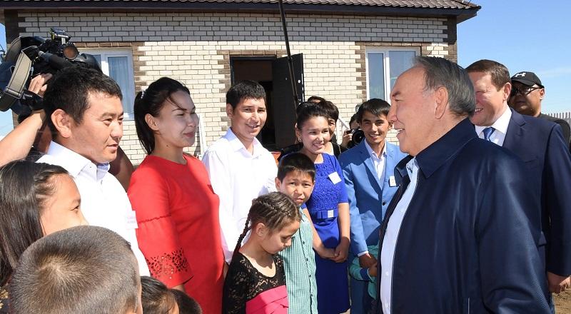 Президент РК ознакомился со строительством домов для переселенцев в СКО