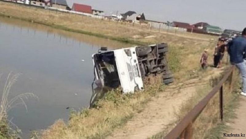 В результате опрокидывания автобуса в Алматинской области в больницу попала беременная женщина