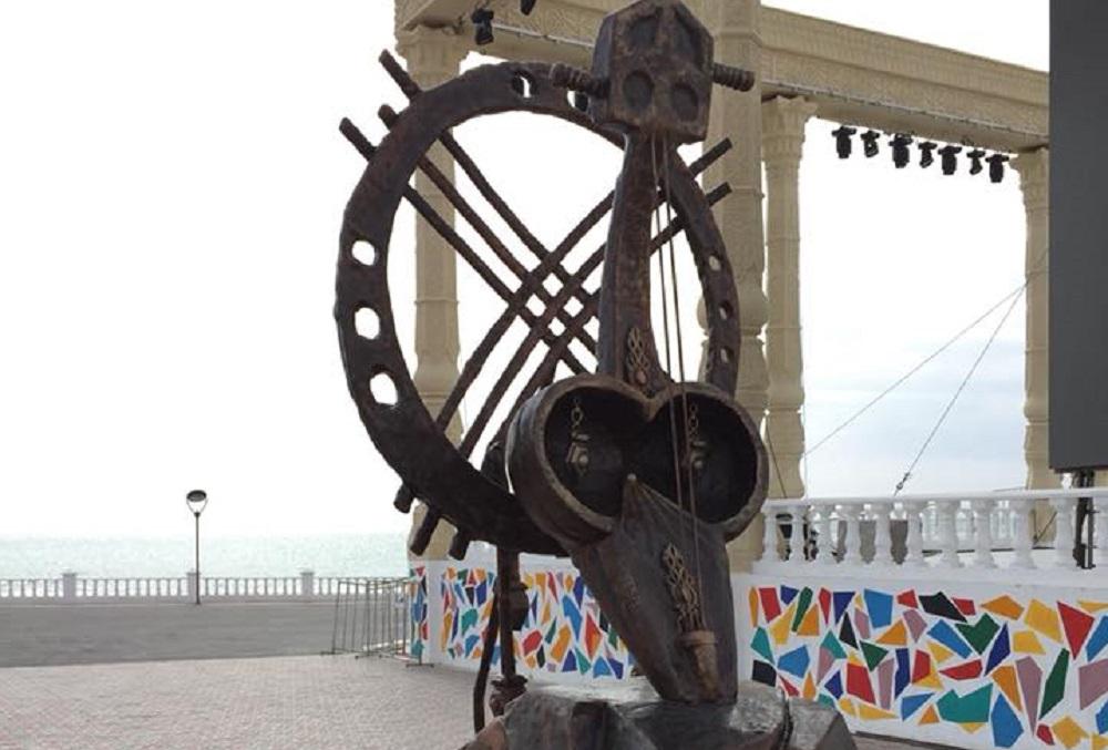 Скульптура «Кобыз» украсила набережную Актау