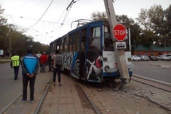 В Усть-Каменогорске трамвай сошел с рельсов и врезался в столб