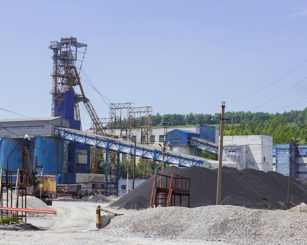 На Тишинском руднике второй день спасают машиниста из-под завала