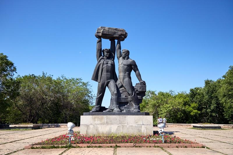 Оскверненный вандалами памятник шахтерам восстановили в Караганде