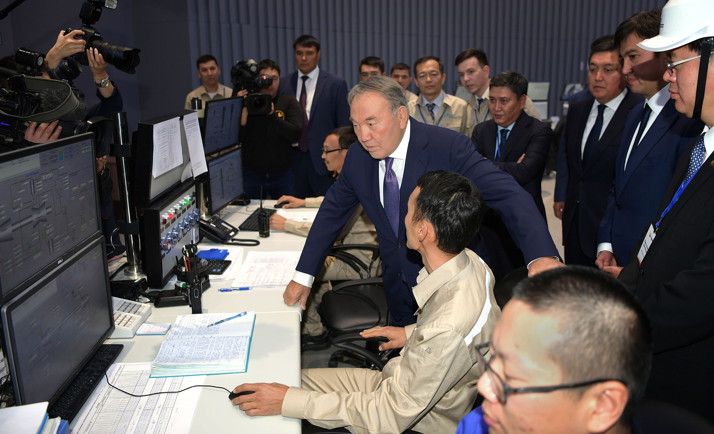 Нурсултану Назарбаеву доложили о ситуации на казахстанских НПЗ