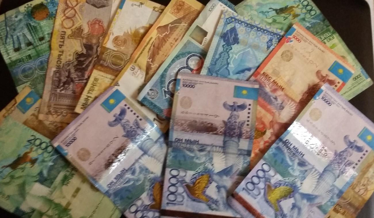 В Караганде мошенник менял деньги пенсионеров на сувенирные купюры