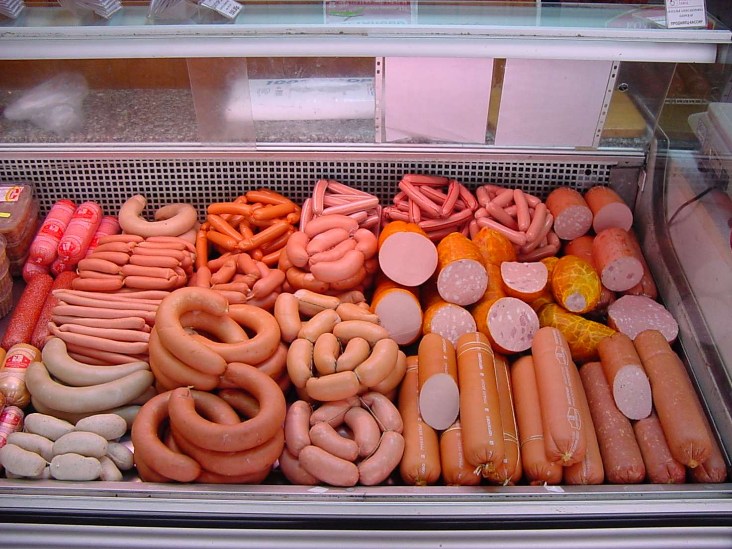 КООЗ РК обнаружил не указанную на маркировке свинину в некоторых российских продуктах