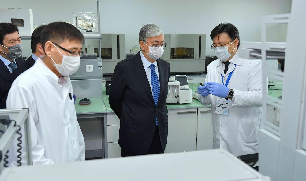 Касым-Жомарт Токаев  высоко оценил труд ученых-биологов, посетив Национальный центр биотехнологий