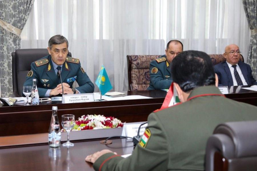 Нурлан Ермекбаев обсудил с министром обороны Таджикистана вопросы региональной безопасности