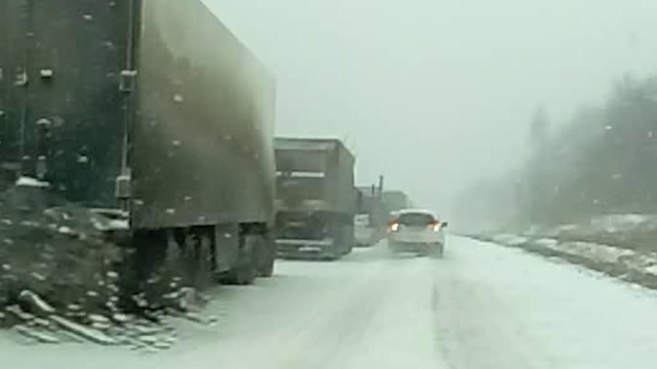 Огромная пробка скопилась на трассе Усть-Каменогорск-Алматы из-за гололеда