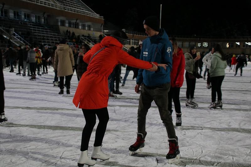 На Медео бесплатно обучают кататься на коньках