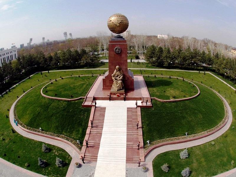 Касым-Жомарт Токаев возложил цветы к монументу Независимости в Ташкенте
