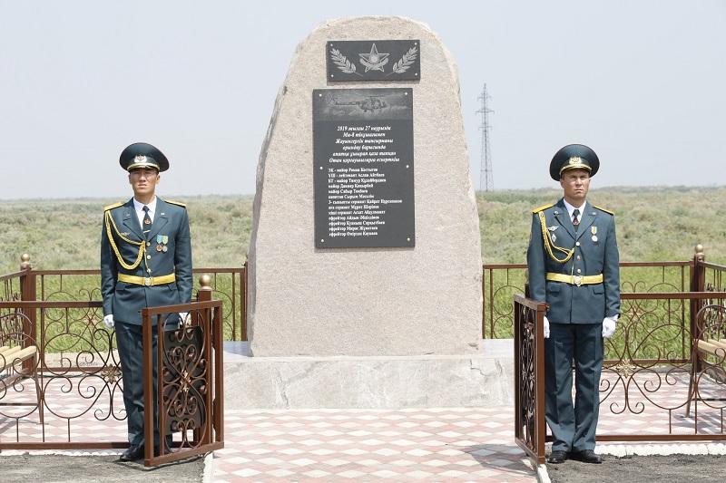 На месте крушения вертолета Ми-8 открыли памятник погибшим военнослужащим