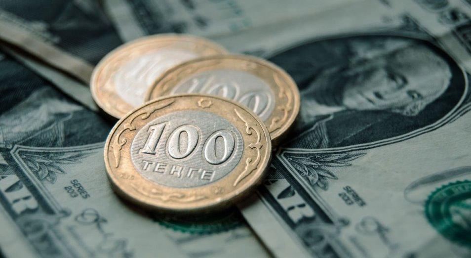 Курс тенге определяют нефть и рубль