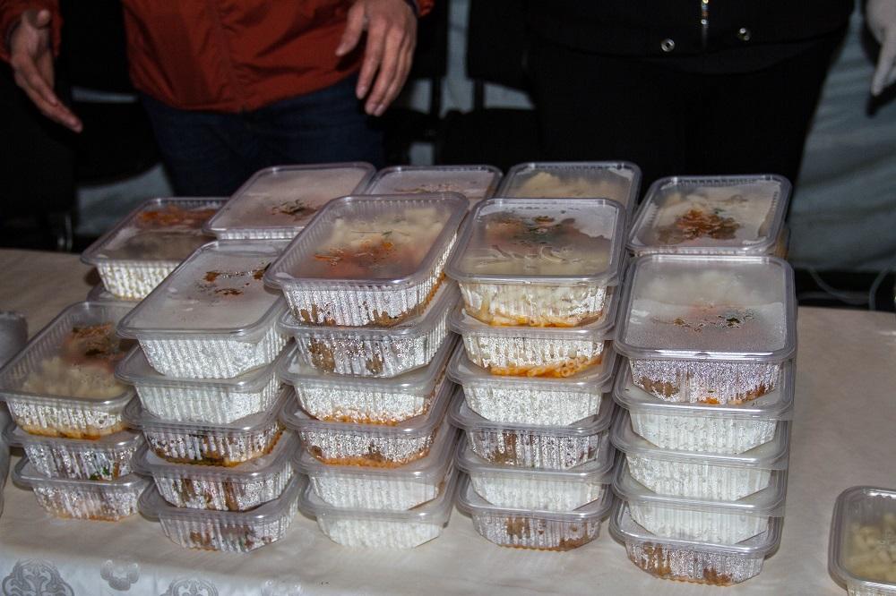 Волонтеры и блогеры накормили 300 служащих на блокпостах в Алматы