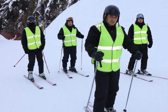 Полицейские, экипированные горными лыжами, будут следить за порядком на Шымбулаке