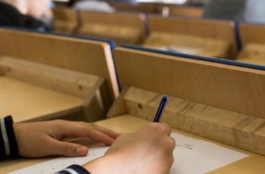 У поступающих в магистратуру в первый день тестирования обнаружили более 4000 смартфонов