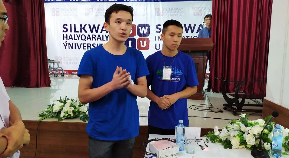 Шымкентские школьники изобрели браслет и приложение на телефон для глухих