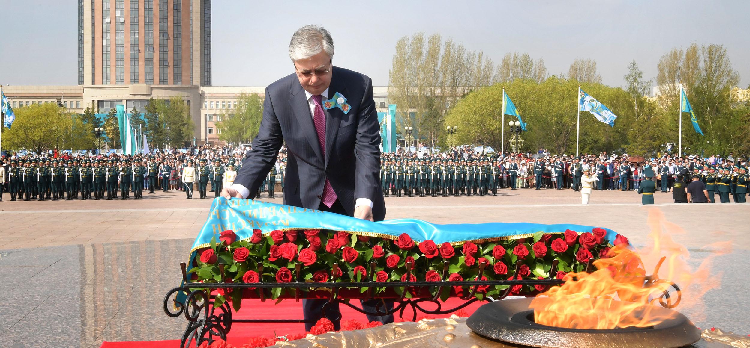 Касым-Жомарт Токаев возложил цветы к монументу «Отан Қорғаушылар»