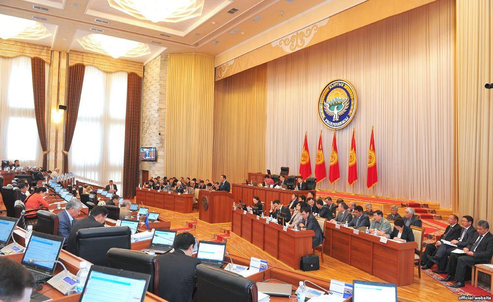 Оппозиционеры в парламенте Кыргызстана хотят законодательно отменить неприкосновенность экс-президента страны
