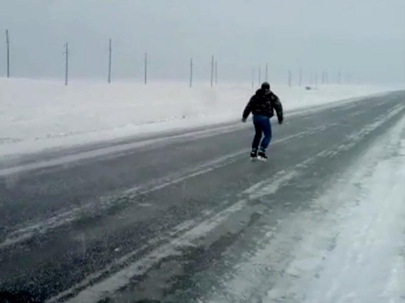 Водитель прокатился на коньках по автодороге в ЗКО