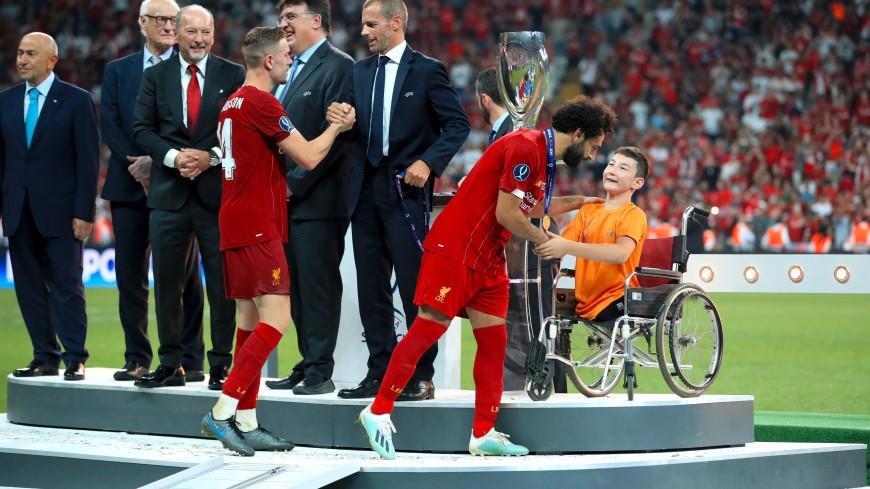 Әли Тұрғанбеков «Ливерпуль» ойыншыларына УЕФА Суперкубогін табыстады