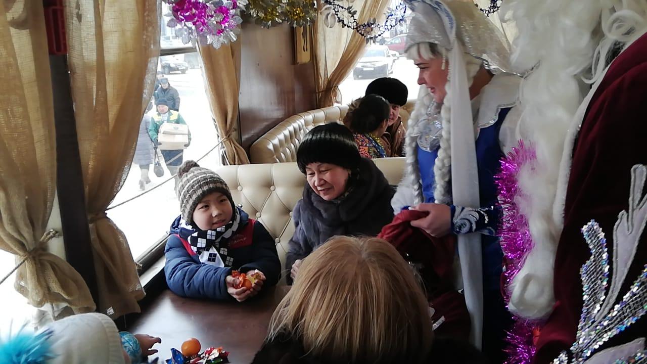 Новогодний трамвай возил павлодарцев за покупками