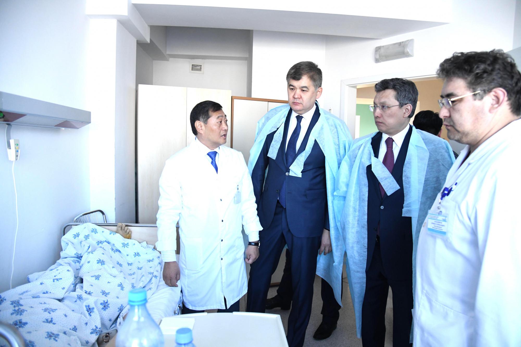 Біртанов пен Сұлтанов жарақат алғандардың жағдайын білуге барды