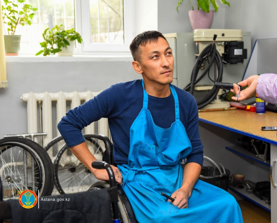 Астанчанин изобрёл мойку для инвалидных колясок