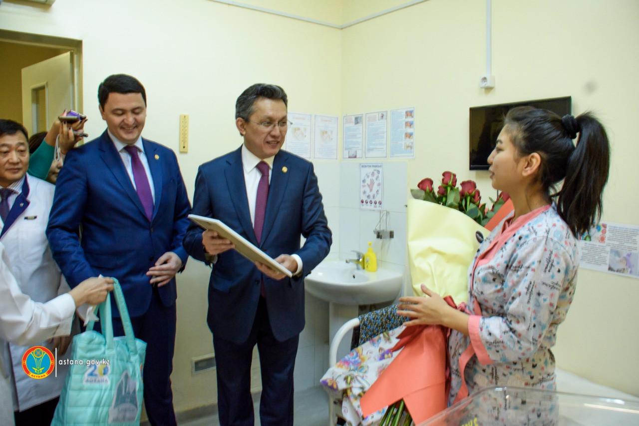 Астана әкімі Тұңғыш Президент күні туылған балаларды құттықтады