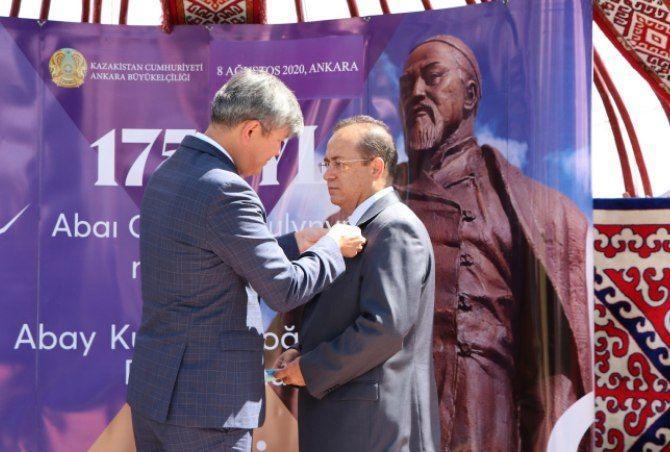 Президент түрік жазушысын «Достық» орденімен марапаттады