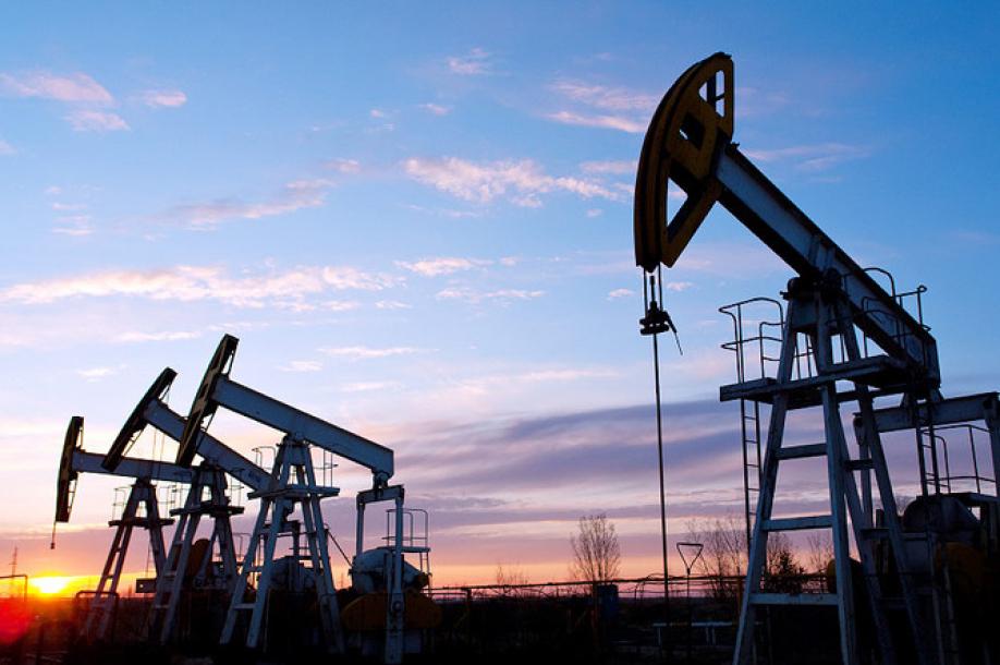 Нефть дорожает в ожидании решения ФРС США