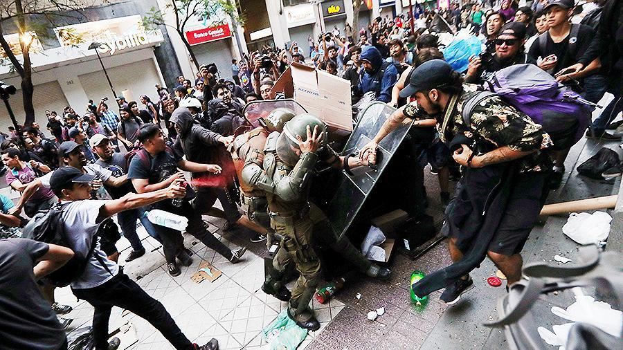 Президент Чили ввел чрезвычайное положение в Сантьяго из-за протестов