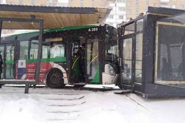 Астанада жолаушылар автобусы аялдамаға соғылды