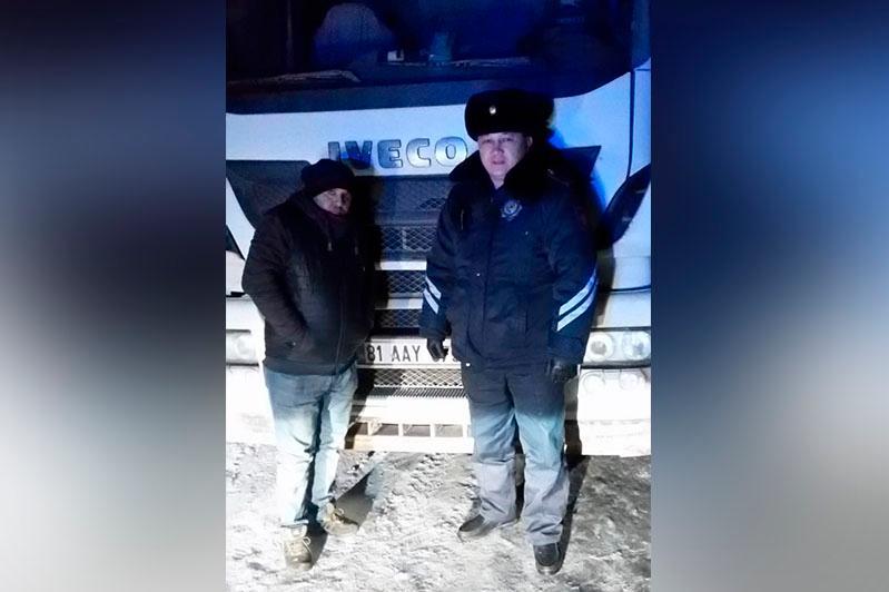 Полицейские в Акмолинской области спасли замерзающих на трассе дальнобойщиков из Турции