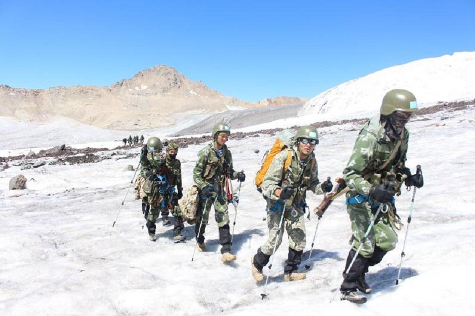 Пропавших альпинистов спасатели намерены искать пешком