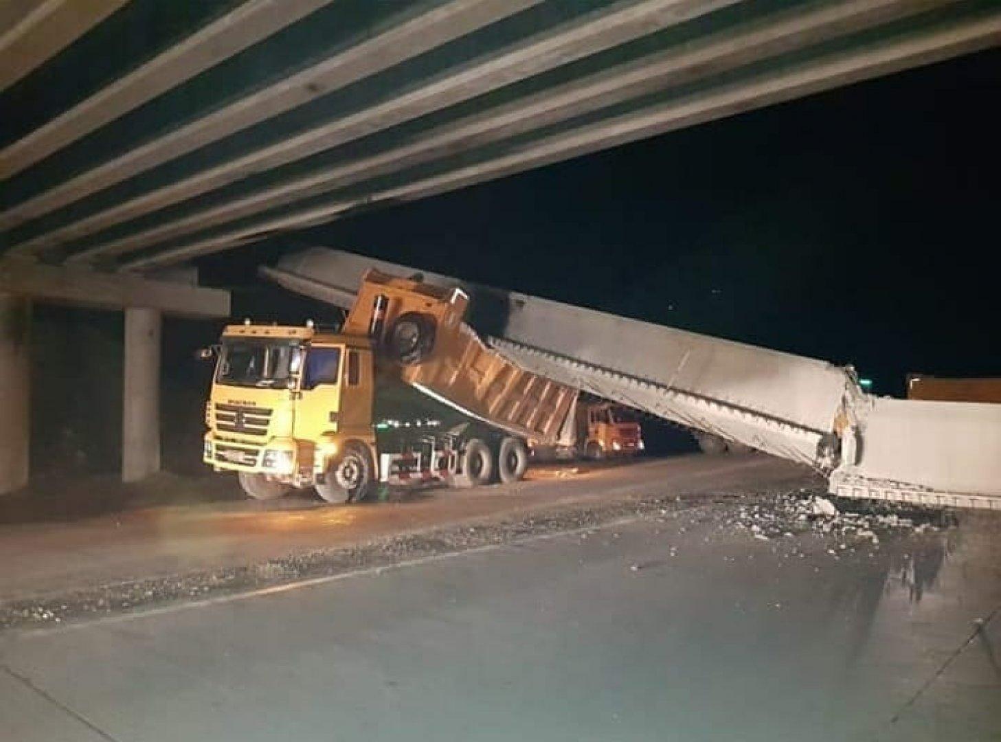 Балка строящегося моста обрушилась на грузовик в Павлодарской области