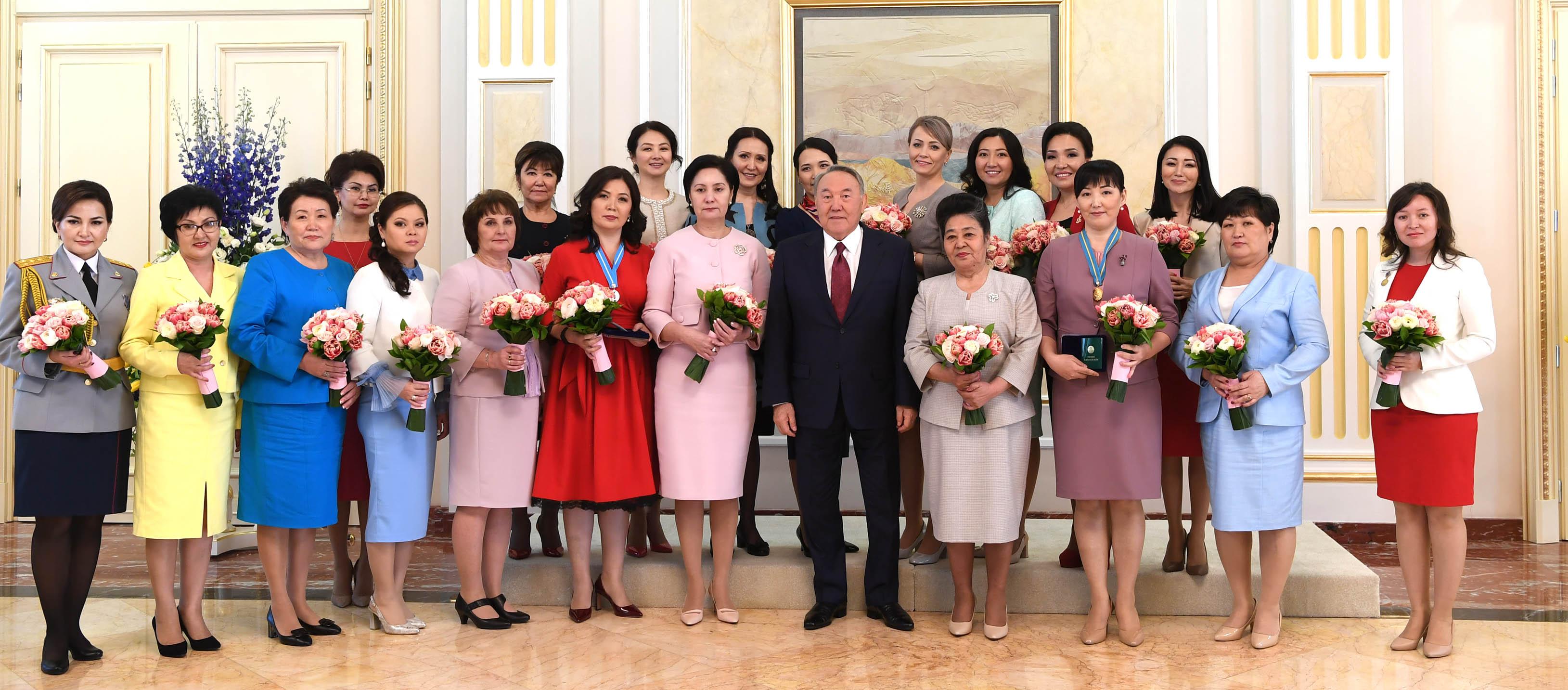 Назарбаев оказал особое внимание двум женщинам, участвовавшим в приеме в резиденции