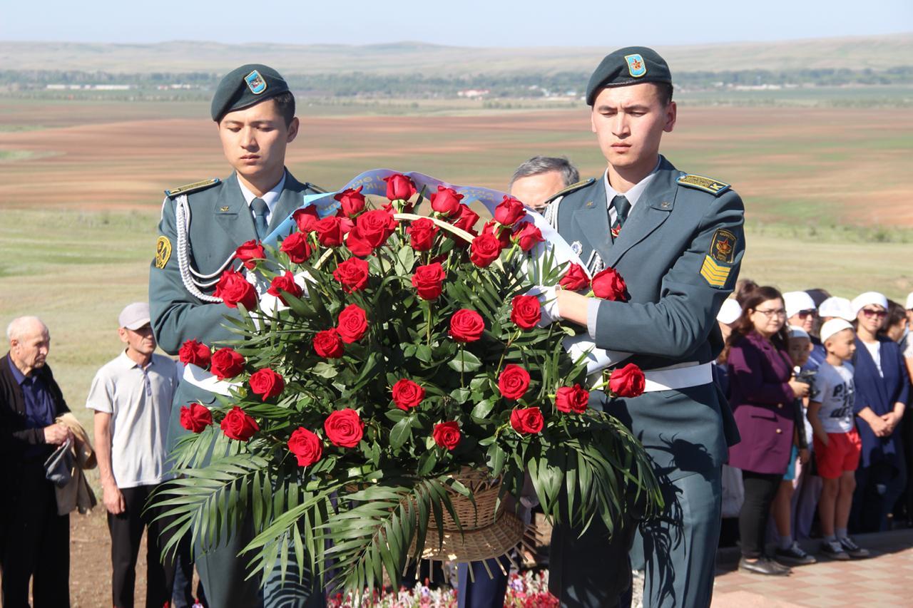 Военнослужащие Актюбинского гарнизона почтили память жертв политических репрессий