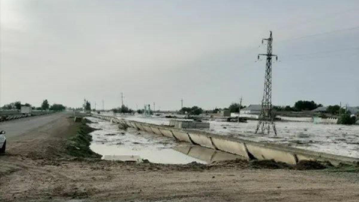 На западе Узбекистана прорвало участок дамбы водохранилища