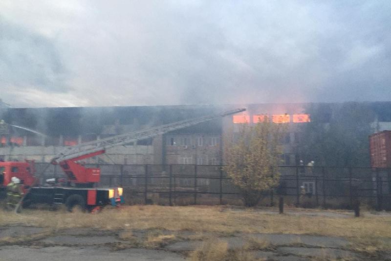 В индустриальной зоне Шымкента потушен крупный пожар