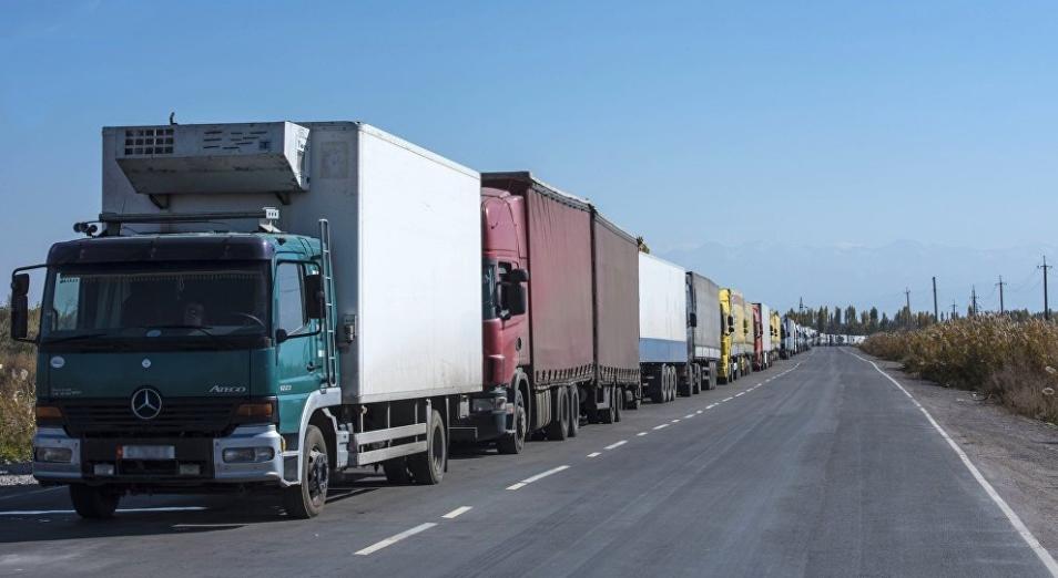 В автомобильных пунктах пропуска на границе с КНР образовались многокилометровые очереди большегрузных автомобилей