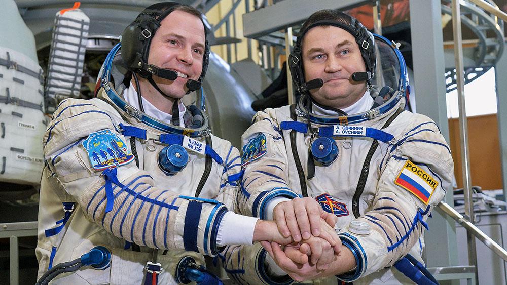 Экипаж «Союза» достали из капсулы, состояние космонавтов удовлетворительное – ЦВО