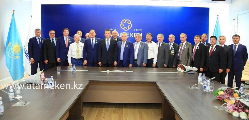 Тимур Кулибаев вручил юбилейные медали «Астана 20 жыл»