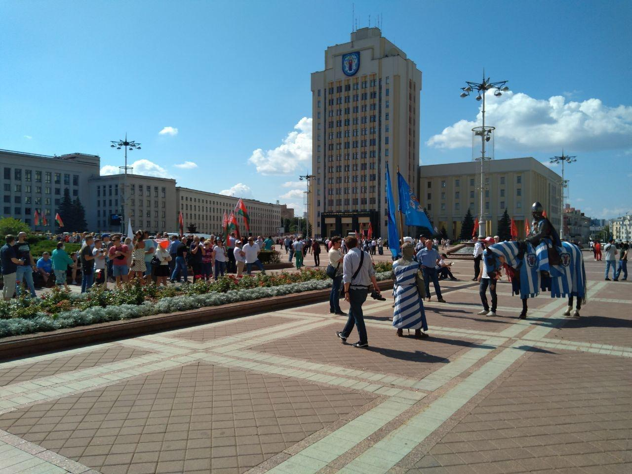 На площади Независимости в Минске находятся около 400 человек