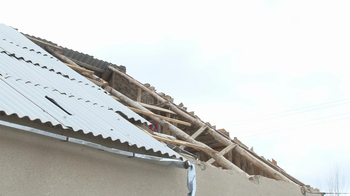 В Акмолинской области ветер сорвал кровлю школы