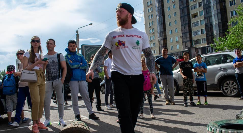 Казахстанские стронгмены устроили состязание на одной из улиц столицы