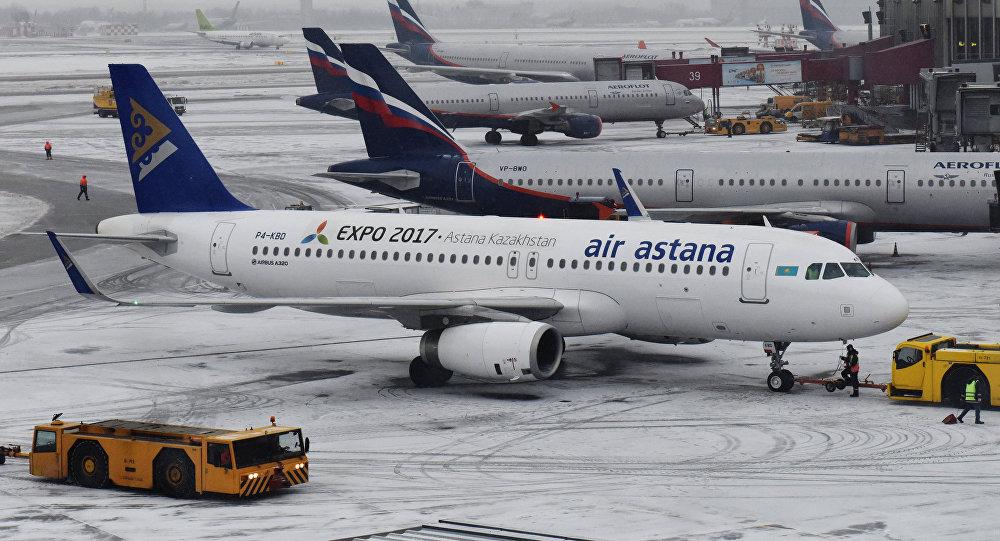 Десятки рейсов задержаны и отменены в аэропортах Казахстана из-за метели и снегопада