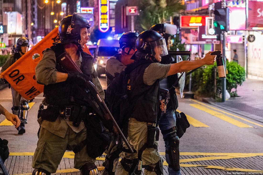 Полиция в Гонконге применила водометы и слезоточивый газ для разгона демонстрантов