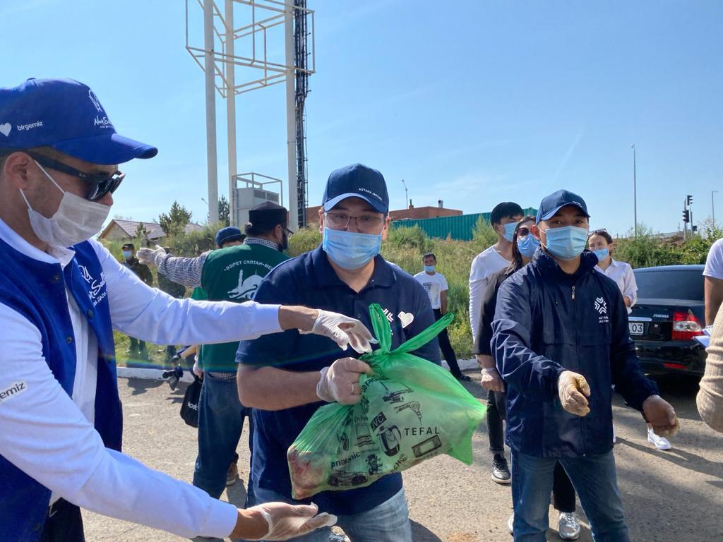 Столичные волонтеры в Курбан айт раздают жертвенное мясо нуждающимся