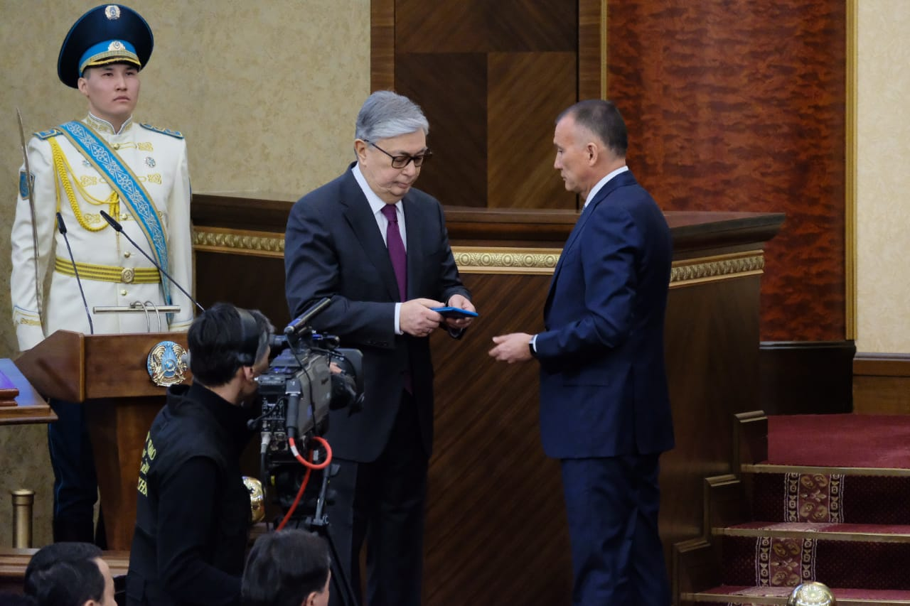 Глава ЦИК вручил Касым-Жомарту Токаеву удостоверение президента Казахстана