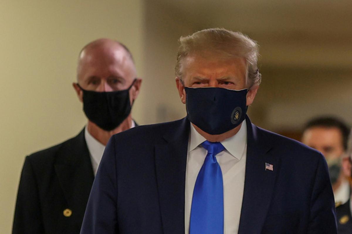 Дональд Трамп впервые появился на публике в защитной маске